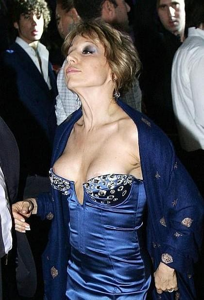 В ходе вечеринки Марина принимала всевозможные эротические позы, которые в её нетрезвом исполнении выглядели почти комично.